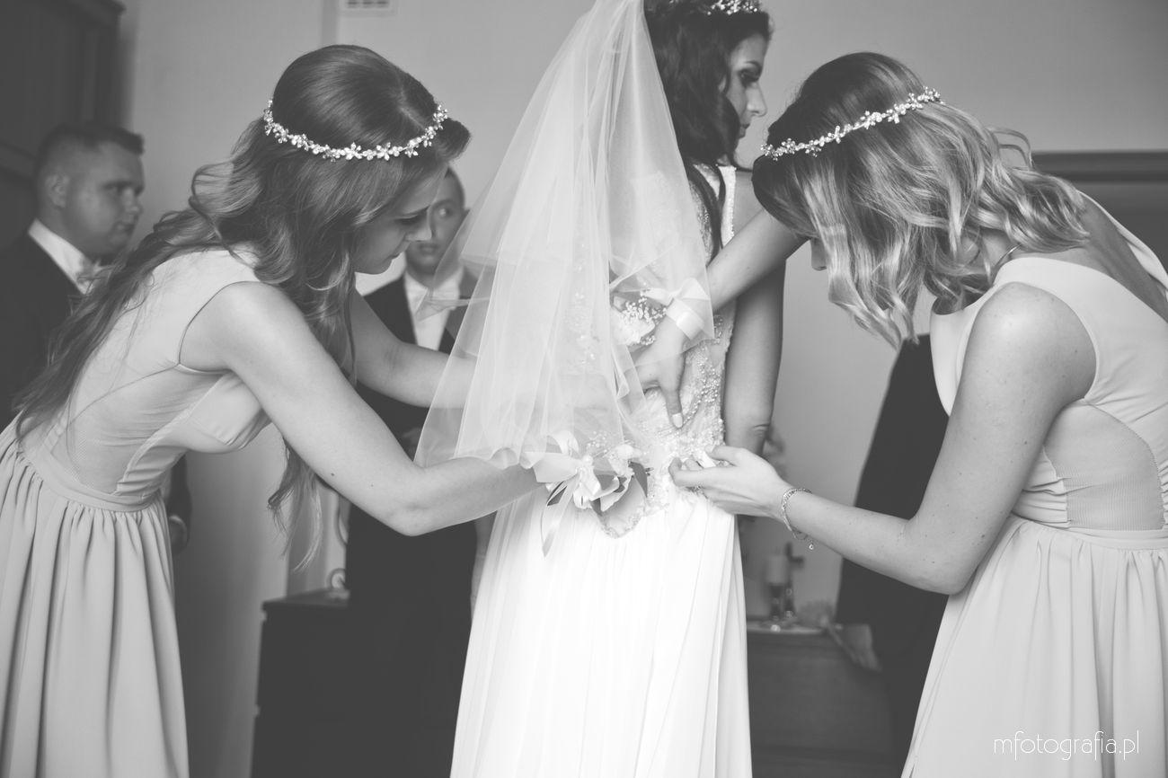 fotografia-na-ślub-dopinanie-trenu