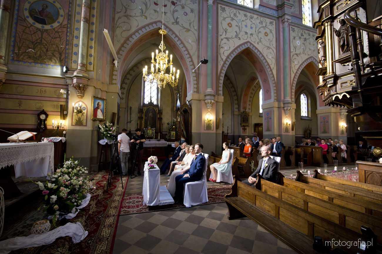 najlepsza fotografia ślubna pary młodej w kościele