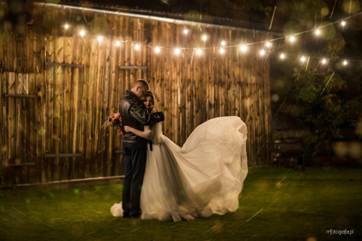Poślubna sesja z lampkami w Stodole Czereśniowy Sad – Monika i Mariusz