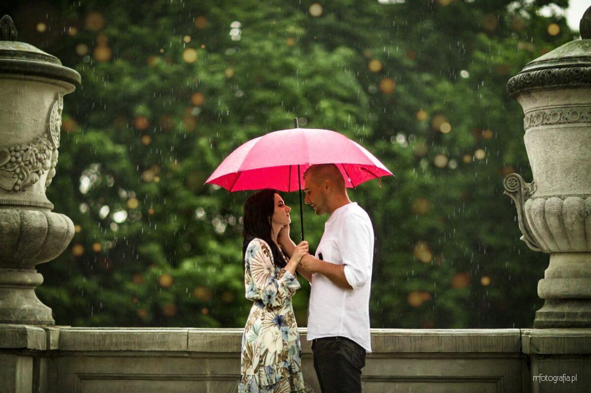 Deszczowa sesja narzeczeńska w Parku Rydza Śmigłego w Warszawie – Kamila i Daniel