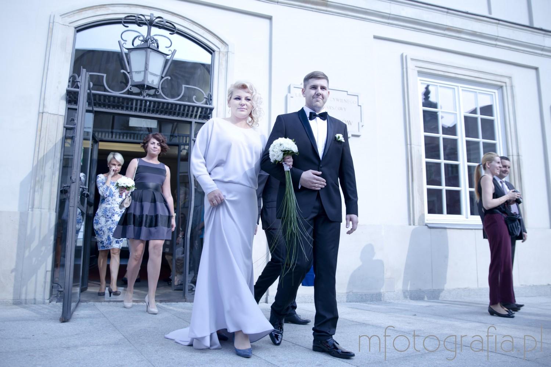 zdjęcia ślubne przed Pałacem Ślubów