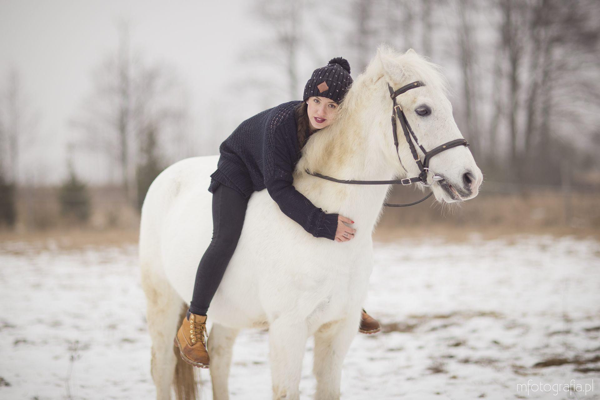 zimowa sesja zakochanych z końmi w siodle