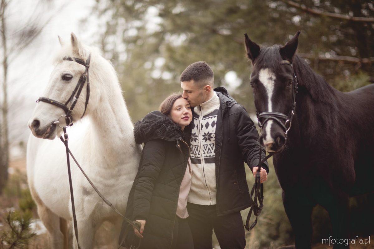 Zimowa sesja zakochanych w Puszczy Kampinoskiej – Liliana i Maciej