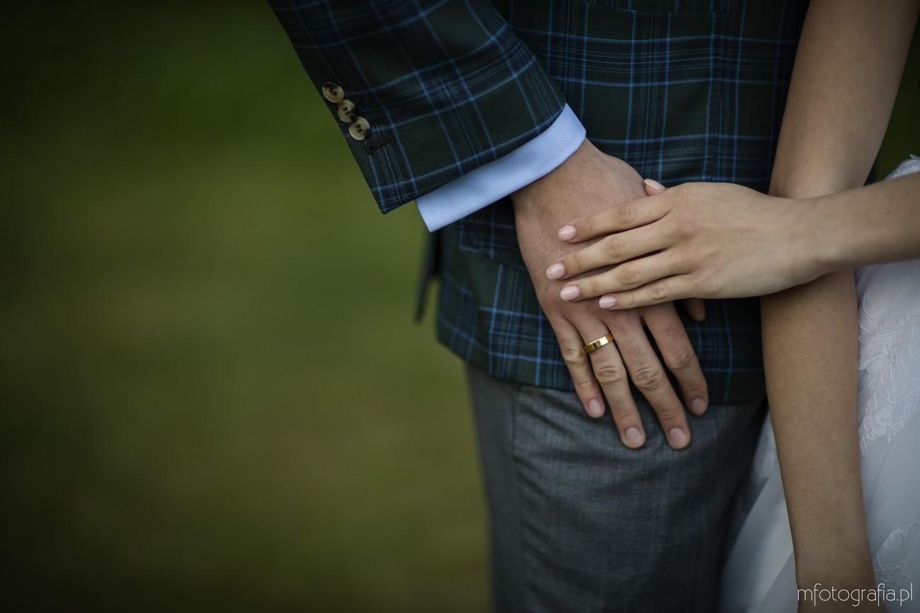 obrączka ślubna na dłoniach