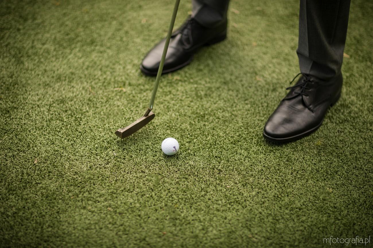 sesja ślubna z golfem