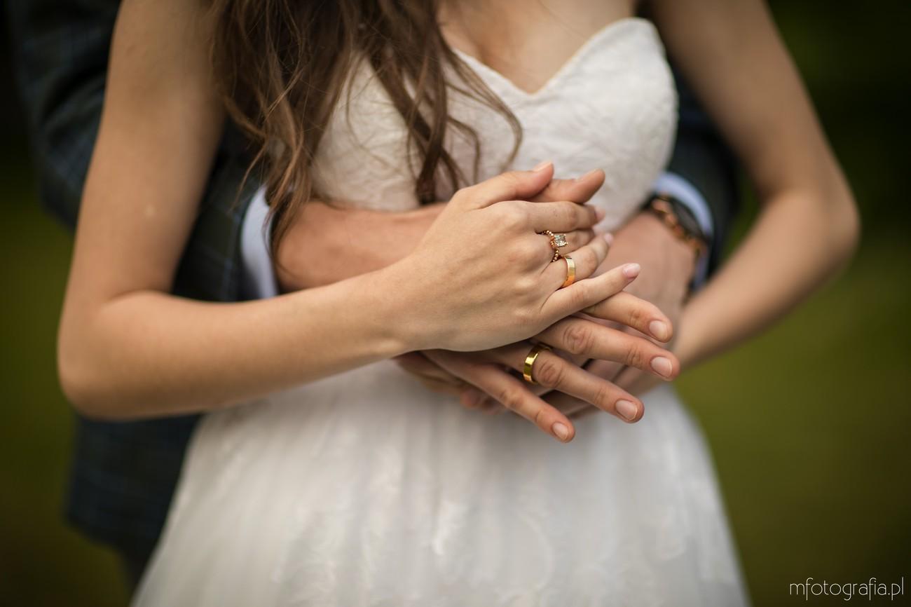 biżuteria ślubna na dłoniach