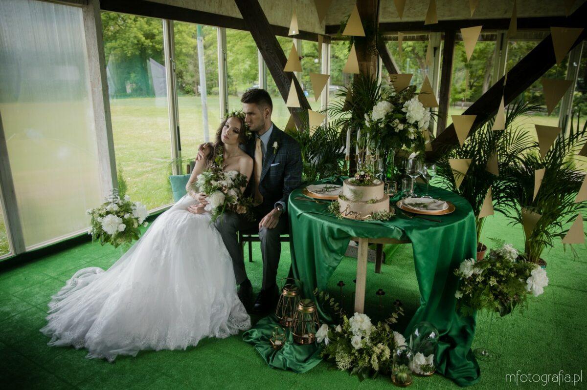 Elegancka sesja ślubna w kolorach zieleni, złota ibieli przełamana geometrycznymi wzorami – Warszawa Kuźnia Golfa