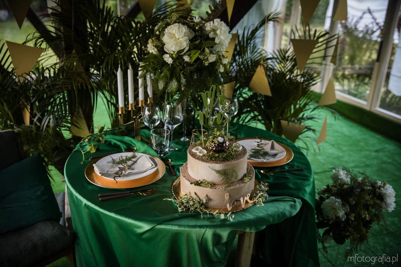 tort weselny w złotym kolorze