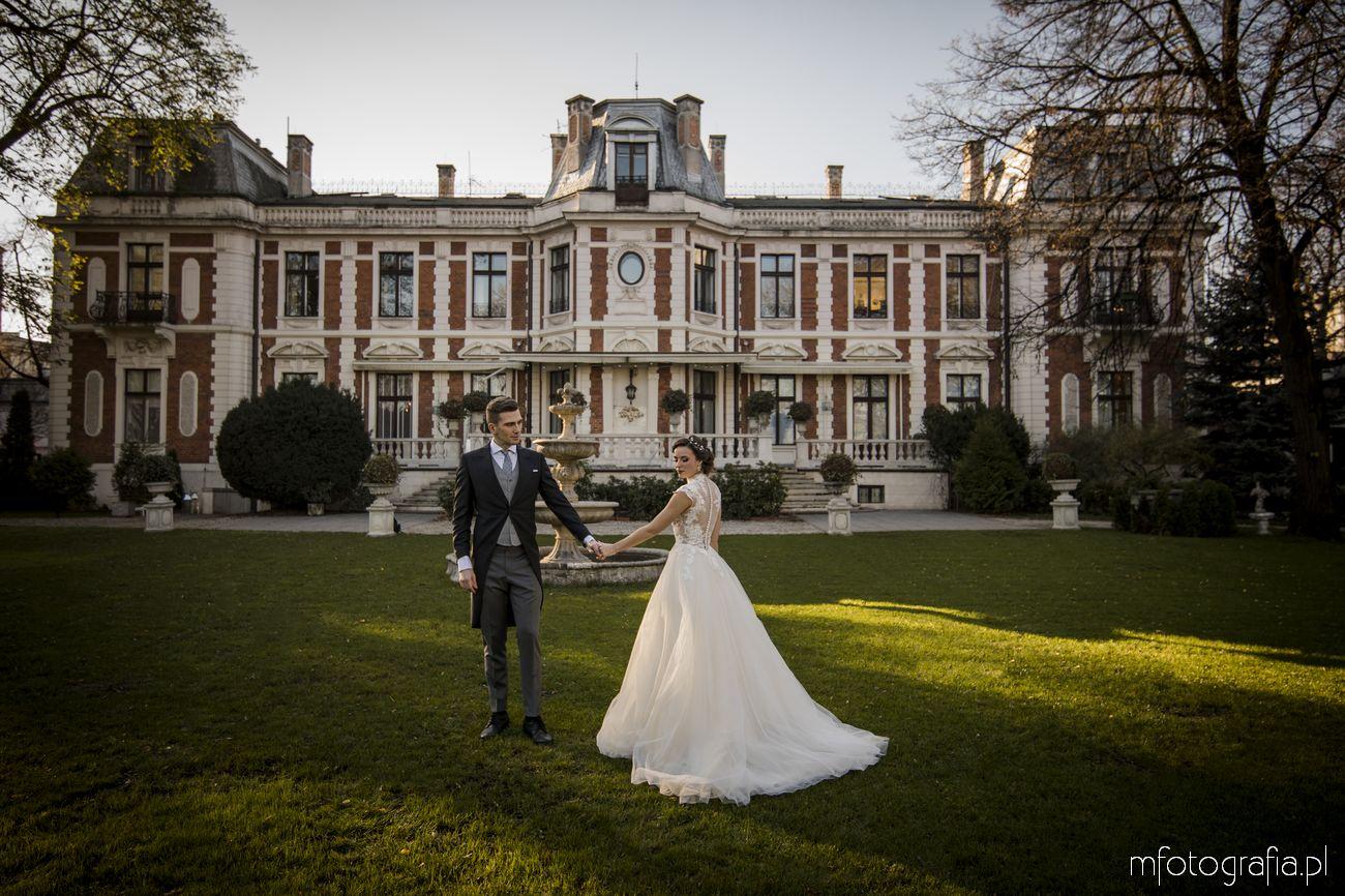 Sesja ślubna w pałacowym ogrodzie Endorfina Foksal, Warszawa – styl romantyczny