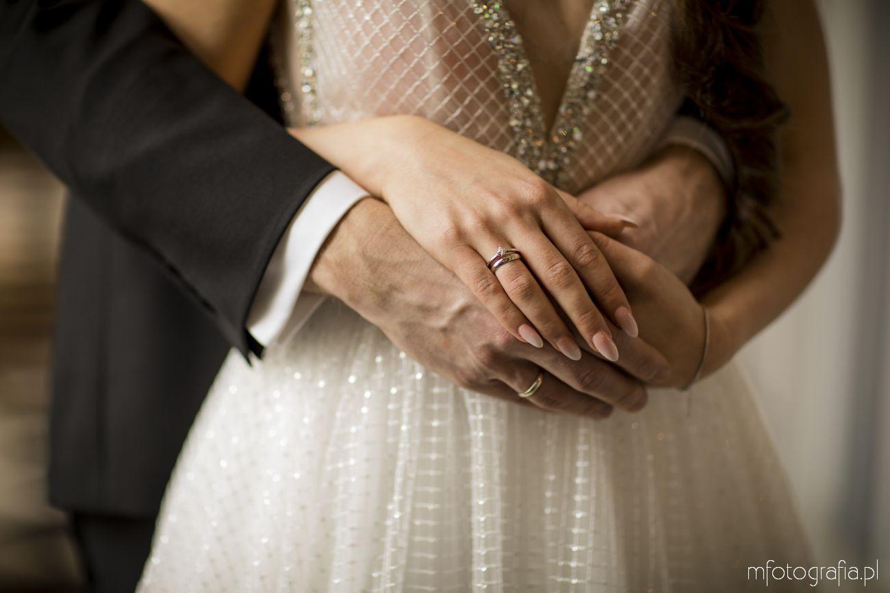 obrączki ślubne podczas eleganckiej sesji ślubnej w pałacu