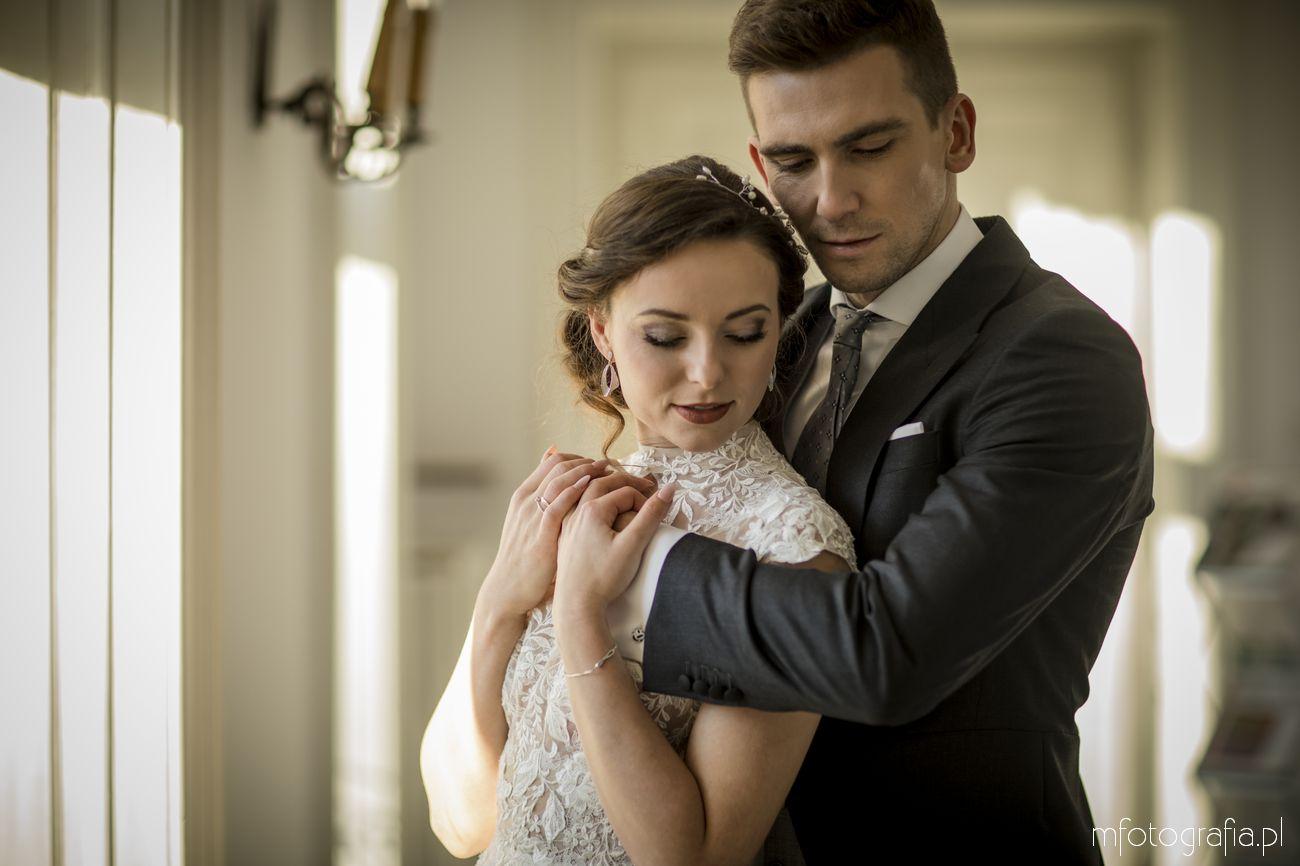 klasyczny ślub w pałacowych wnętrzach