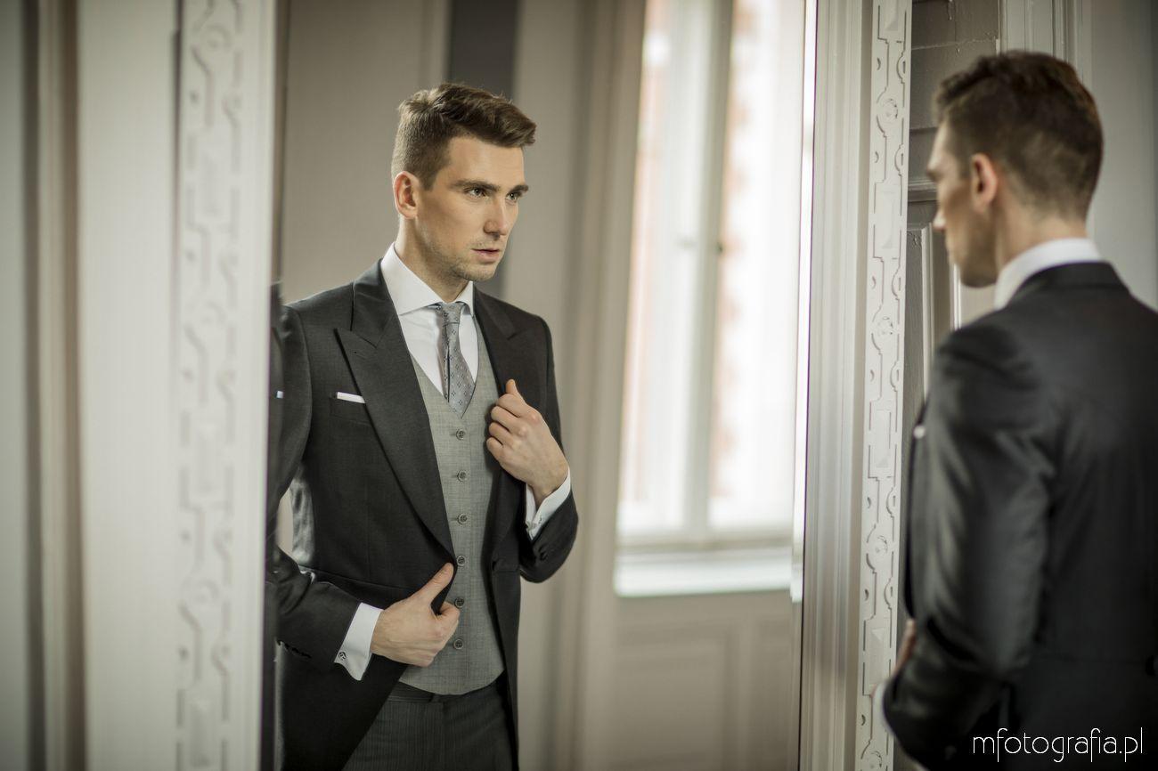 portret pana młodego przeglądającego się w lustrze