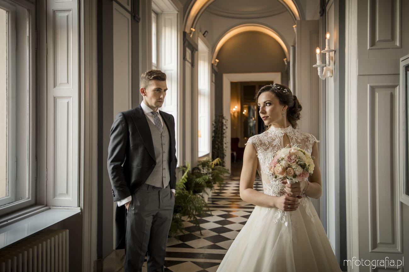 Romantyczne protrety pary młodej w pałacu