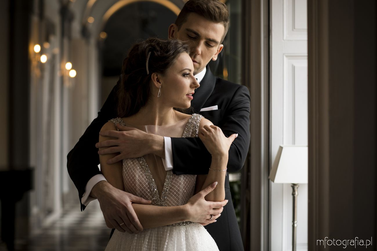 Suknia ślubna w stylu glamour na sesji poślubnej