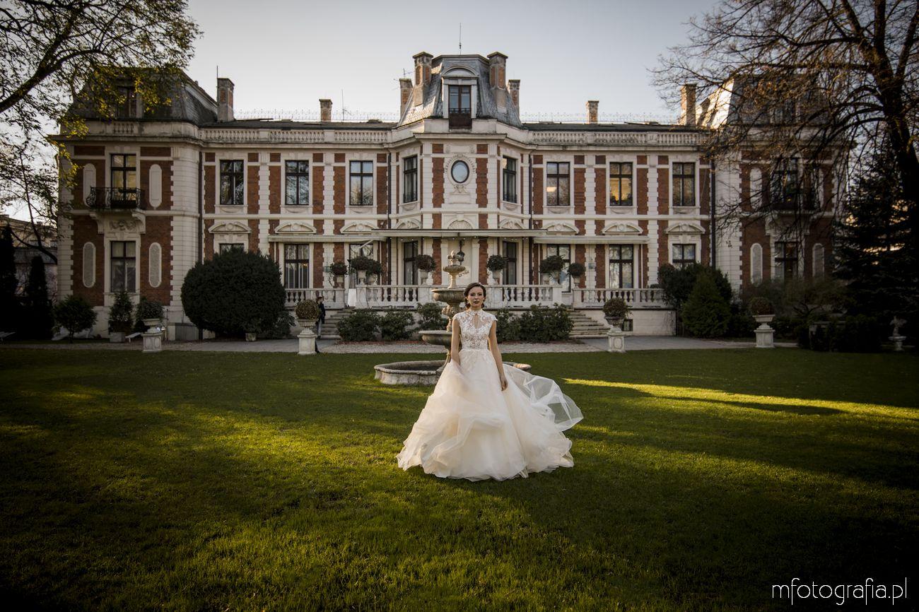 Pani Młoda podczas sesji ślubnej w pałacowym ogrodzie Endorfina Foksal