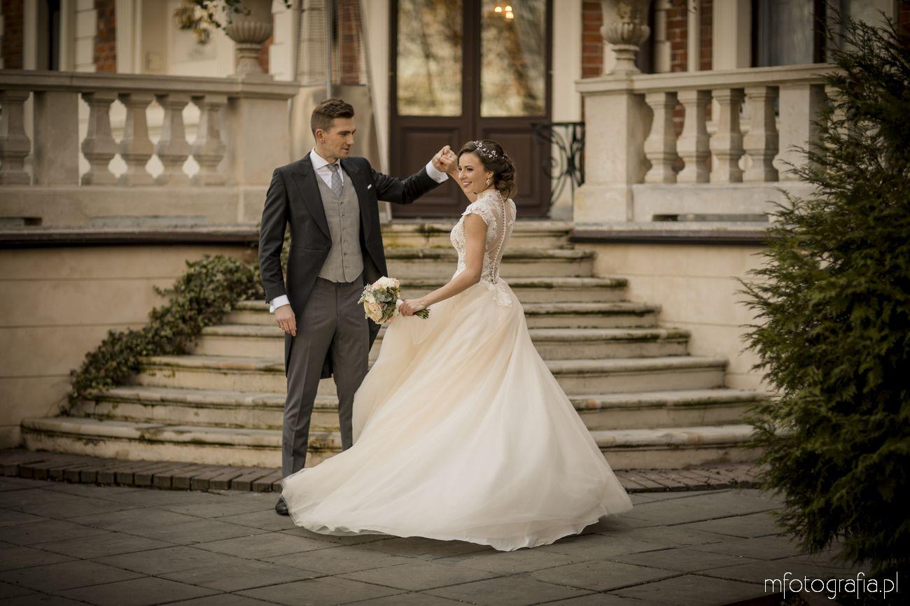 tańcząca Para Młoda w czasie ślubu w pałacu poza sezonem letnim