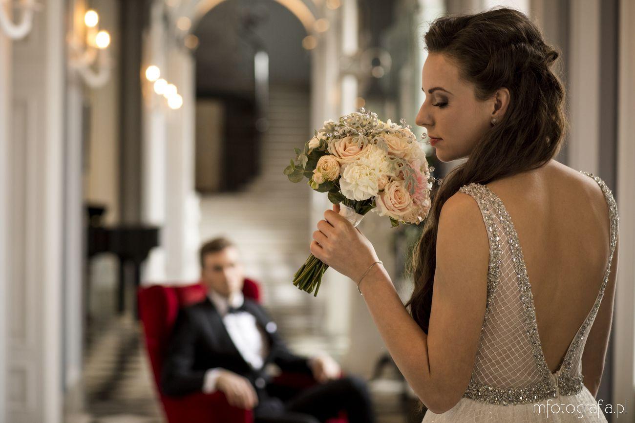 ślubna sesja zdjęciowa w pałacu z kryształami w bukiecie