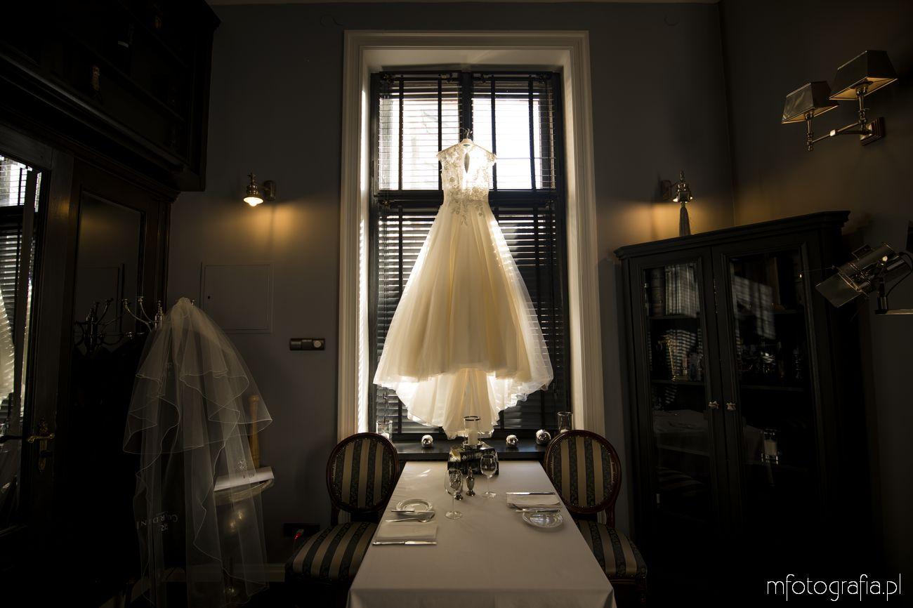 Przygotowania do ślubu ze zwiewną suknią ślubną