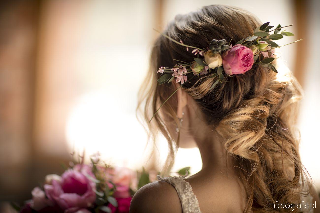 Romantyczna fryzura ślubna z kwiatami we włosach