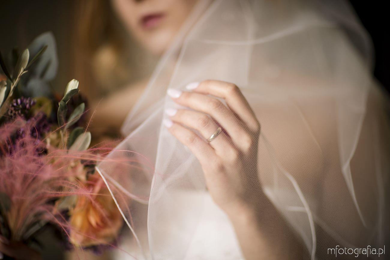 obrączka ślubna ukryta pod welonem