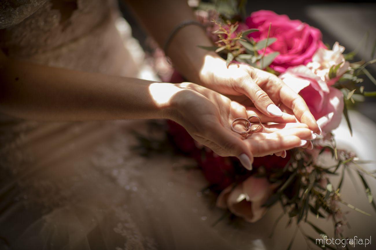 klasyczne obrączki ślubne w dłoni panny młodej